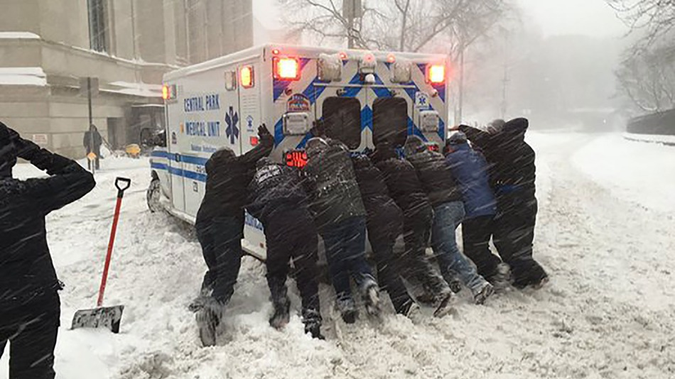 Thành phố New York cư dân ban nhạc với nhau để đẩy xe cứu thương bị mắc kẹt ra khỏi tuyết